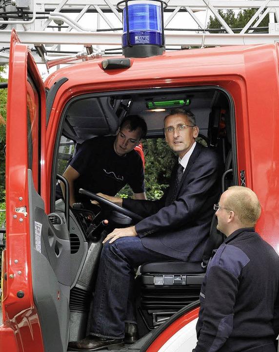 Hat er den Lkw-Führerschein? Bundestag...r am Steuer eines Feuerwehrfahrzeugs.     Foto: Volker Münch