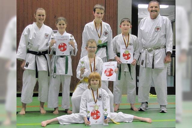 Gleich fünf Pokale für Breisacher Karatekas