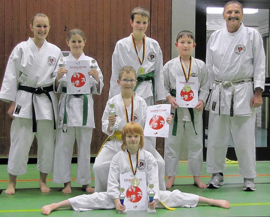 Erfolgreich waren die Karate-Kids des ...links) und ihrem Trainer Josef Faller.  | Foto: hans werz