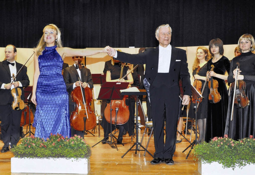 Dirigent Michail Kosinez, Sopranistin ...nten Applaus des Publikums entgegen.      Foto: Schnäbele