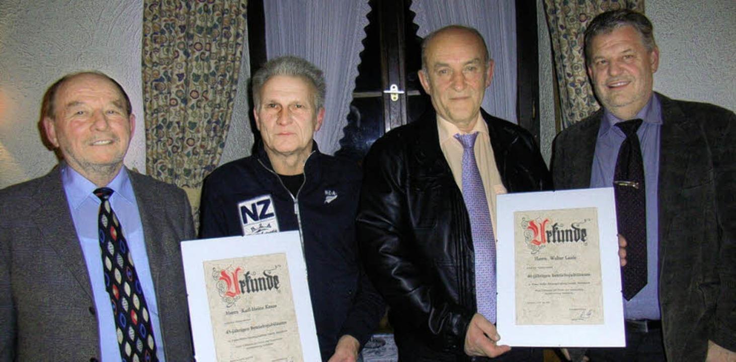 Firmen-Chef Gerhard Weber  (links) und...re langjährige Betriebszugehörigkeit.   | Foto: Hans-Jürgen Wehrle