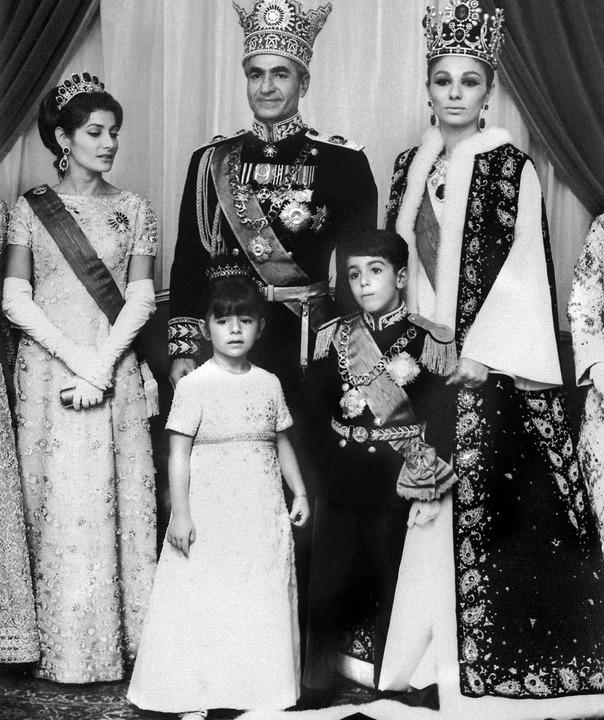 Das Familienfoto  zeigt Mohammed Reza ...li Reza  (von links) 1967 in Teheran.   | Foto: AFP