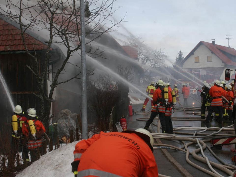 Fast schon schien das Feuer gelöscht, ...eunigst das Gebäude verlassen mussten.  | Foto: Martin Ganz
