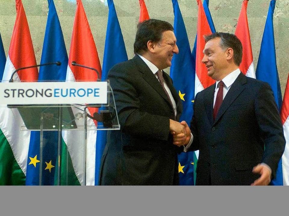 EU-Kommissionspräsident José Manuel Ba...telt am Freitag Victor Orbán die Hand.  | Foto: dpa