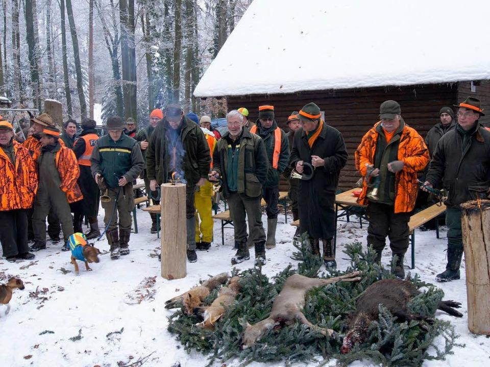 Jäger und ihre Beute:  Nach der Jagd w...legten Tiere wie Trophäen aufgebahrt.   | Foto: Sebastian Wolfrum