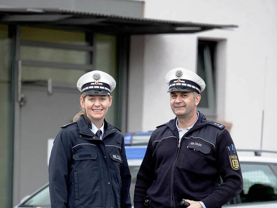 Sie haben gut lachen, denn sie haben d...s Bücheler vom Polizeirevier in Lahr.     Foto: Christoph Breithaupt