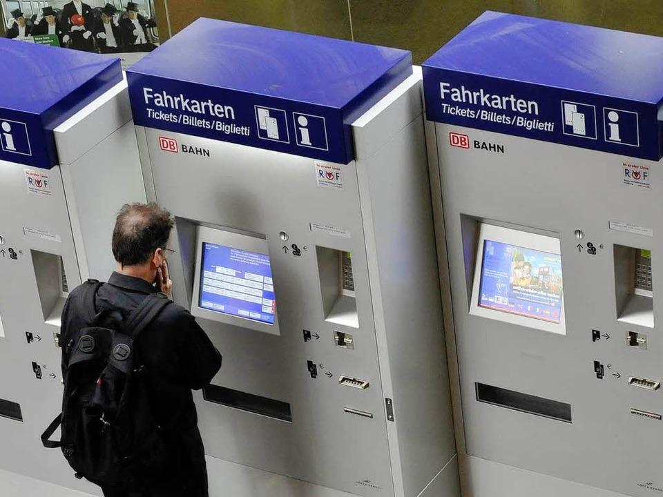 Am Fahrkartenautomat findet ein Studen...tfahrer fürs Baden-Württemberg-Ticket.  | Foto: ingo schneider