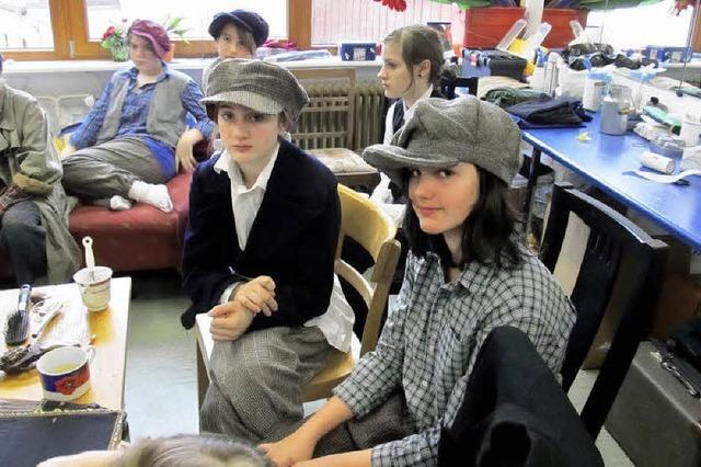 Samira und Sophia spielen das Waisenkind Oliver