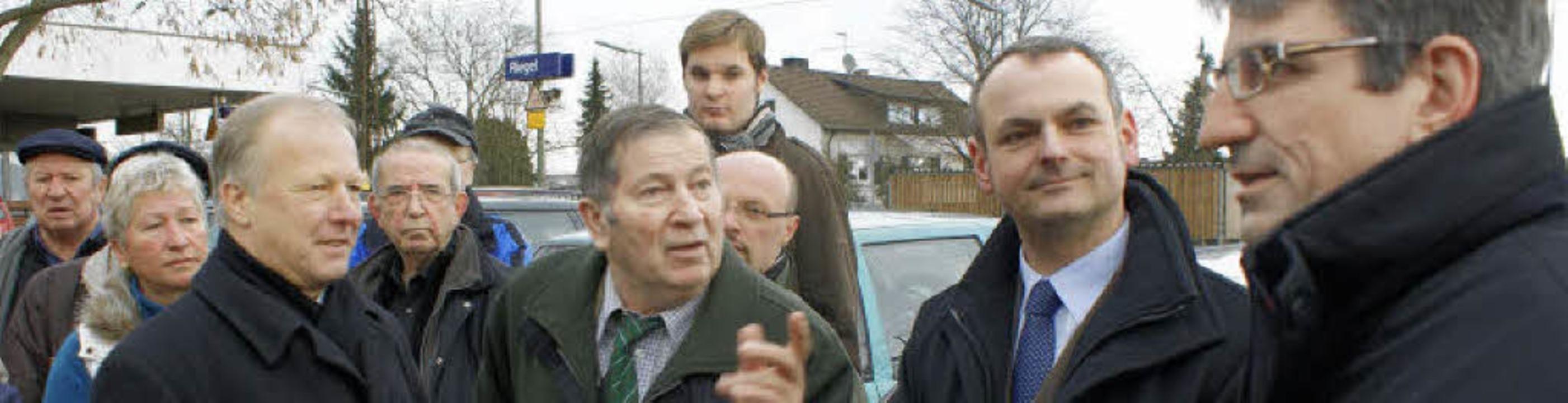 Oliver Kraft (rechts) wird von Werner ...ete Peter Weiß (3. von links) hört zu.  | Foto: hans-jürgen truöl