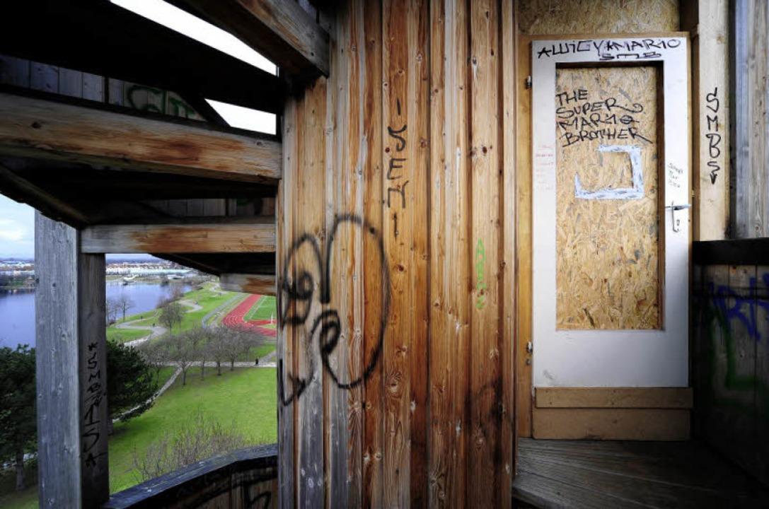 Der Aussichtsturm im Seepark ist im ob...orsches Holz  mit einer Tür gesperrt.     Foto: Thomas Kunz