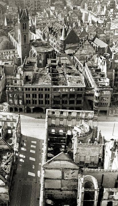 Schwer getroffen, aber nicht zerstört:...Luftangriff vom November 1944 (Mitte).  | Foto: Stadtarchiv Freiburg