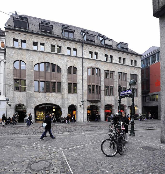 Die Fassade des 1984 zum Geschäftshaus...rt an das Knopf'sche Warenhaus.   | Foto: INGO Schneider