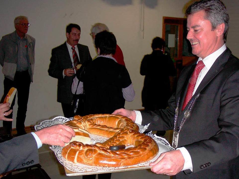 Am Ende des Abends verteilte Bügermeis...r die Neujahrsbrezel unter den Gästen.  | Foto: Mario Schöneberg