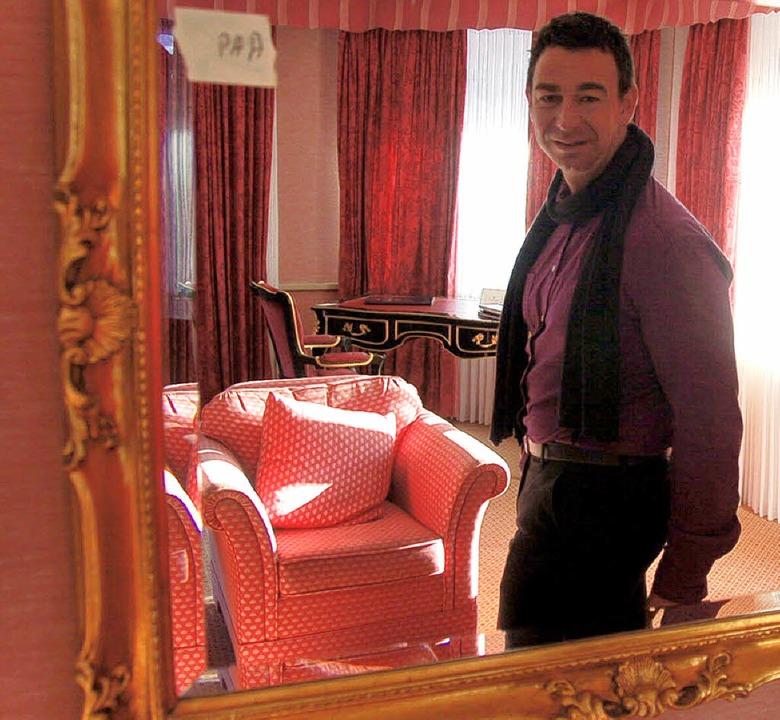 Hoteldirektor Olaf Galaburda zeigt was...sch bleiben, der Sessel ist zu haben.   | Foto: Sebastian Barthmes