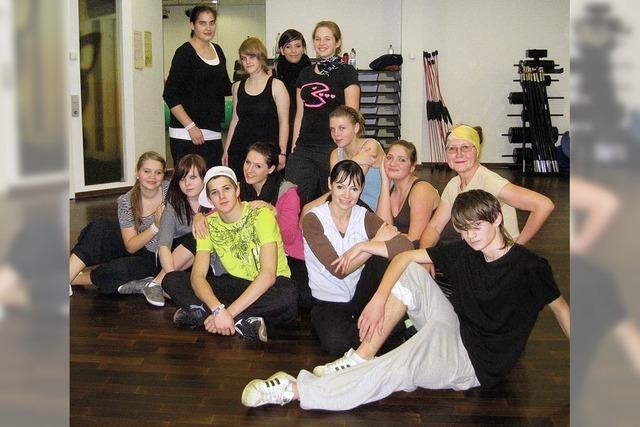 Jugendliche lernen HipHop tanzen