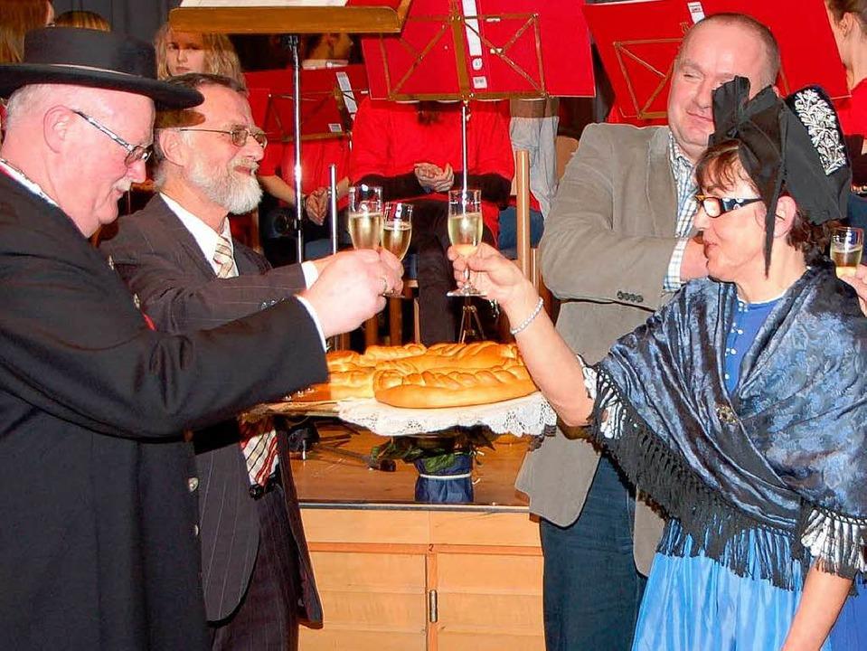 Prosit Neujahr: Zur Neujahrsbrezel sto...ellvertreter und Ehefrau Rosemarie an.  | Foto: Manfred Frietsch