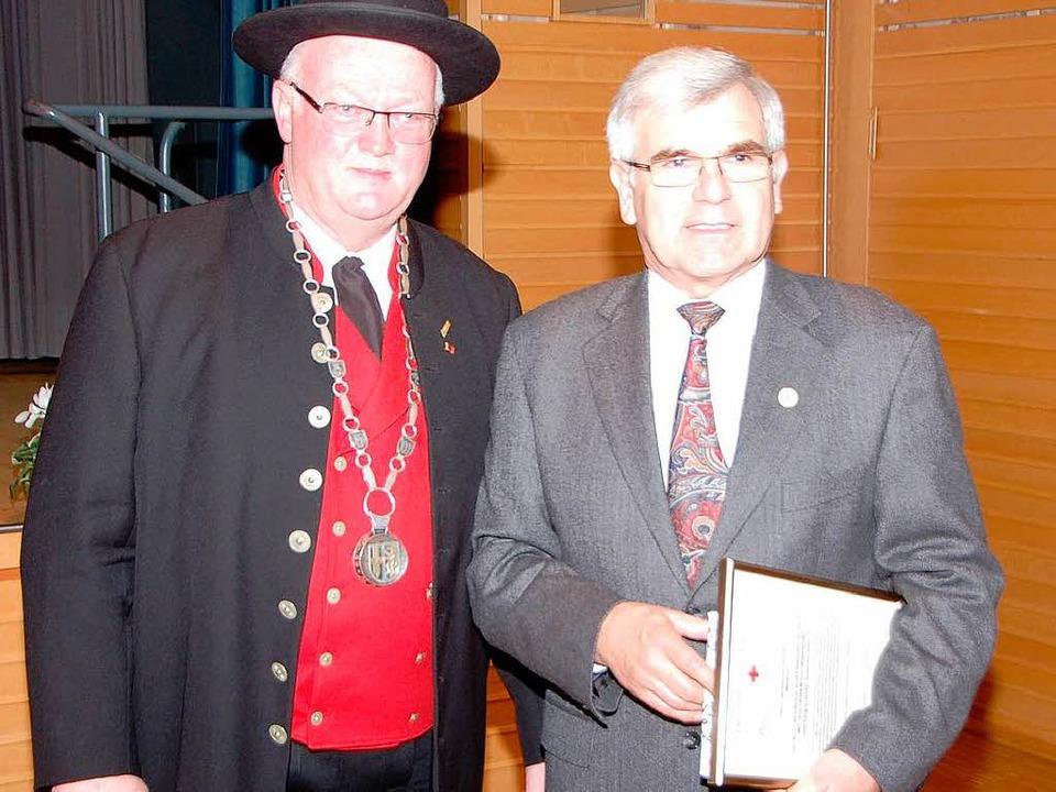 Waldemar Schill wurde für 75 Blutspend...ld des Deutschen Roten Kreuzes geehrt.  | Foto: Manfred Frietsch