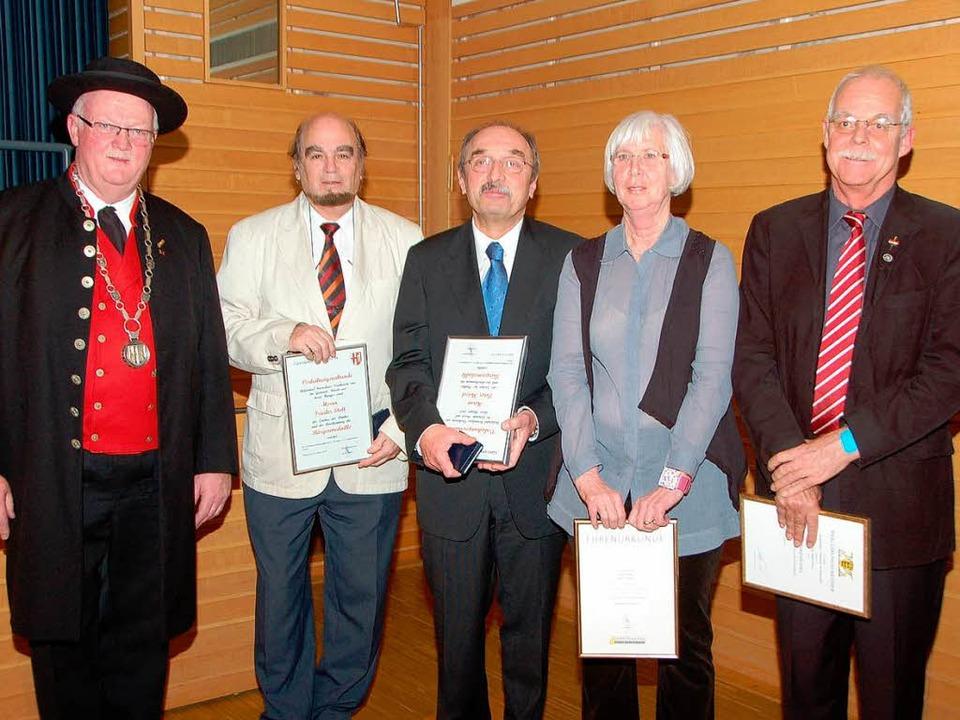 Tanna Franz erhielt die Ehrennadel des... (Mitte) die   Marcher Bürgermedaille.  | Foto: Manfred Frietsch