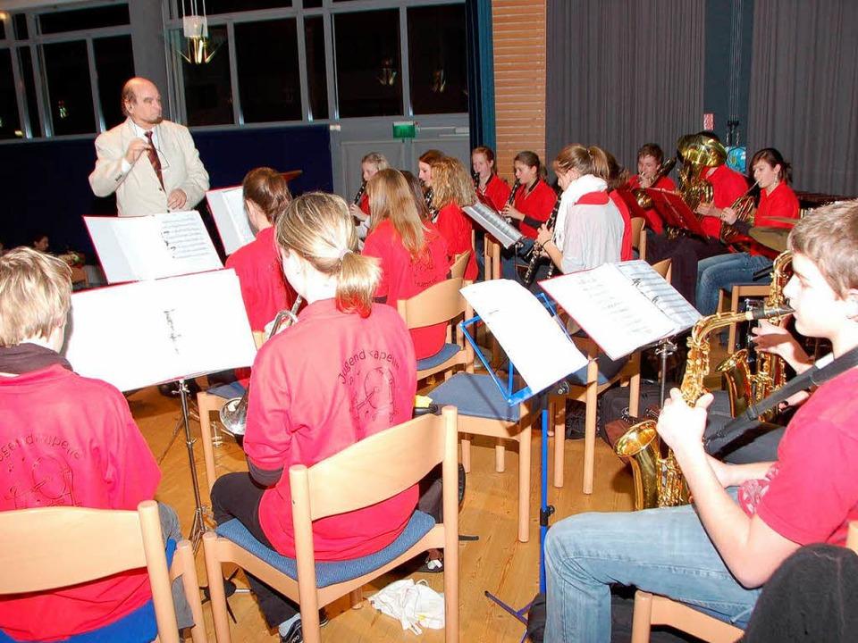 Die Jugendkapelle des Musikvereins Hug...emeinde in der Festhalle Buchheim auf.  | Foto: Manfred Frietsch