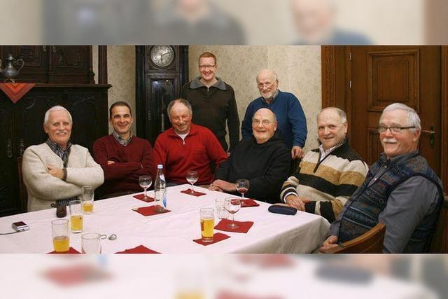 Männer helfen in der Gemeinde mit