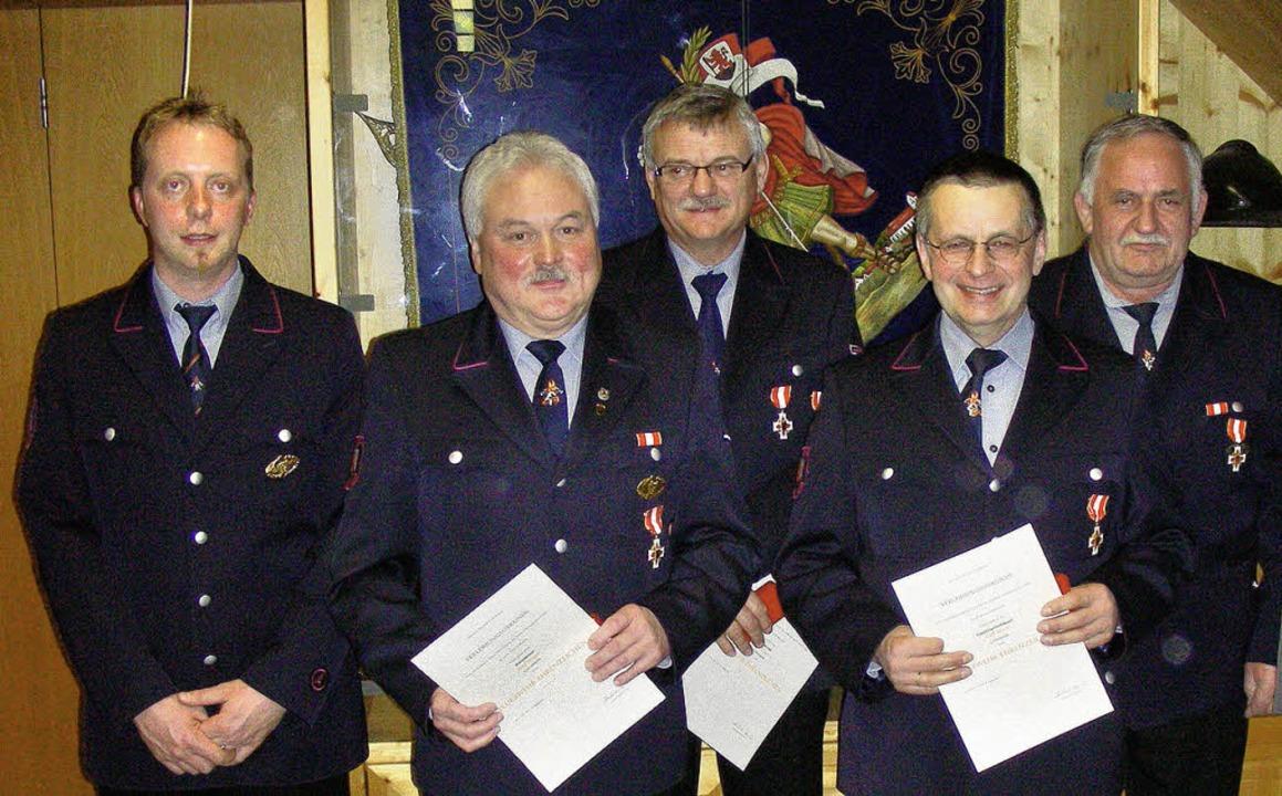 Kommandant Jens Braun (von links) mit ...tzle, Willy Rösch und Berthold Schmidt  | Foto: mario schöneberg