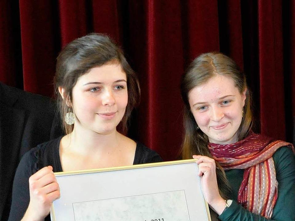 Franziska Rauber und Louise Laubenberg...nd Sophia Tölle den Ehrenamtspreis ab.  | Foto: Michael Bamberger