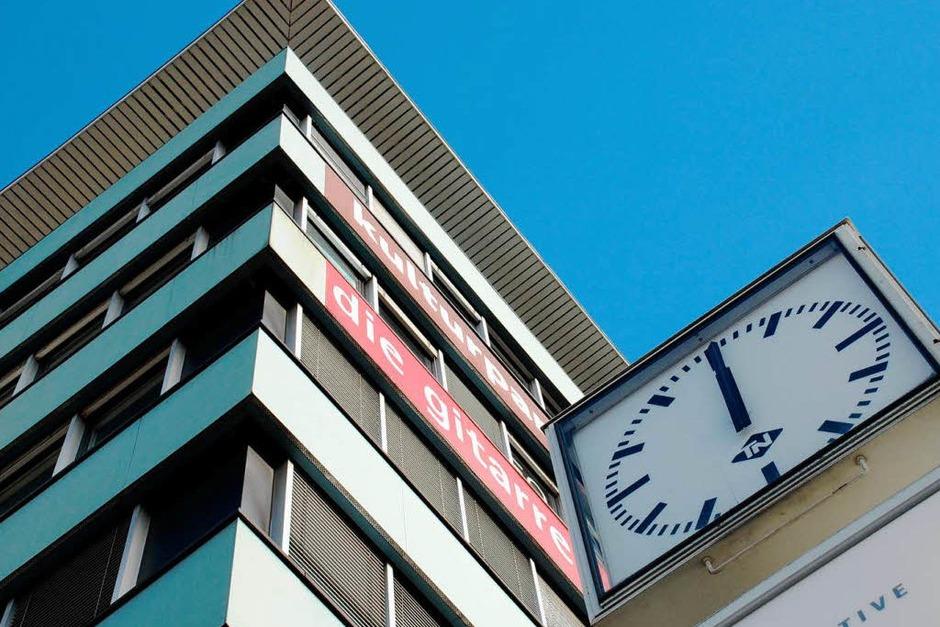Hier geht derzeit nichts: Werbe-Uhr vor der Jazz & Rockschule Freiburg in der Haslacher Straße (Foto: Carlotta Huber)