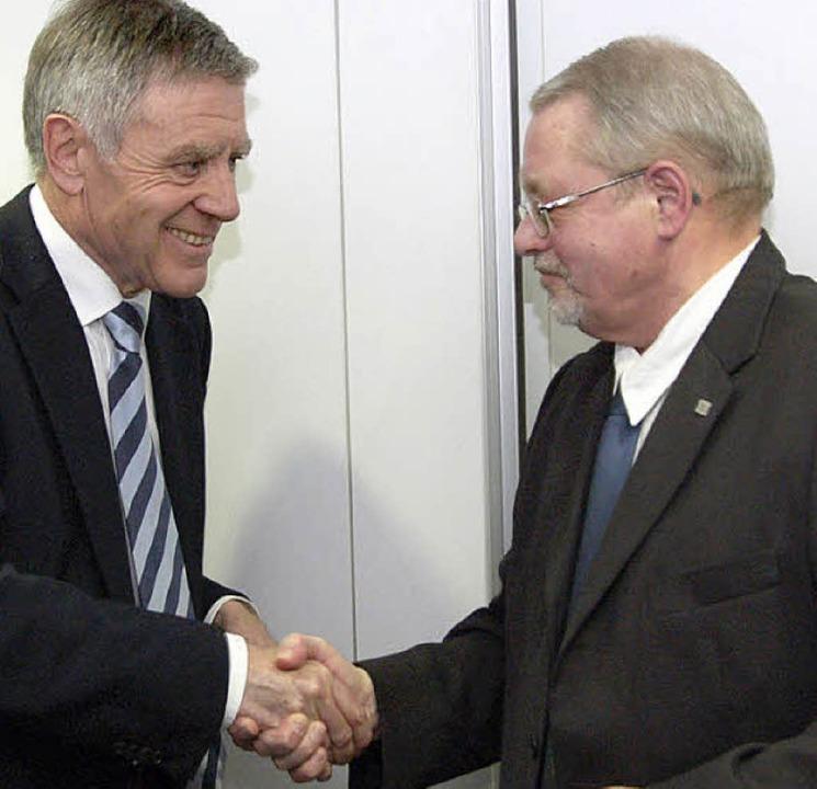 Auf gute Zusammenarbeit: OB Eberhard N...rbevereinsvorsitzender Gustav Fischer.  | Foto: Ingrid Böhm-Jacob