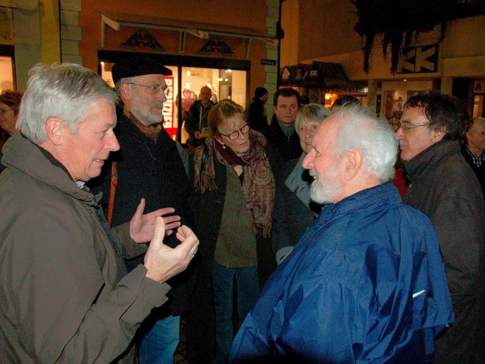 Von Weizsäcker diskutiert angeregt mit Besuchern  | Foto: Sylvia-Karina Jahn
