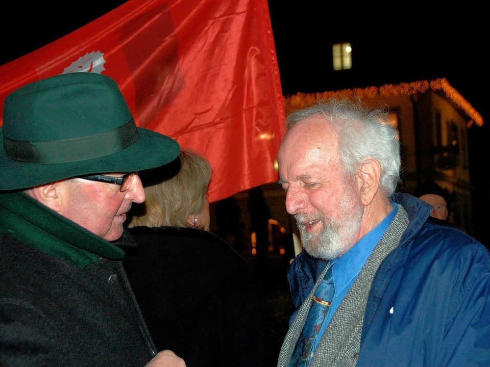 Von Weizsäcker im Gespräch mit Teilnehmern  | Foto: Sylvia-Karina Jahn