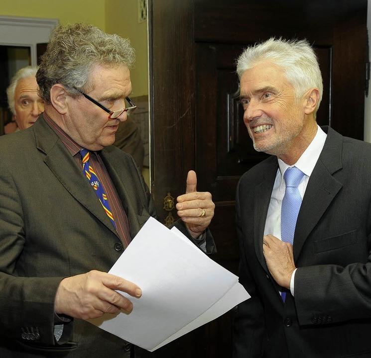 Stadtrat Nikolaus von Gayling im Gespräch mit Justizminister Goll.   | Foto: i. schneider