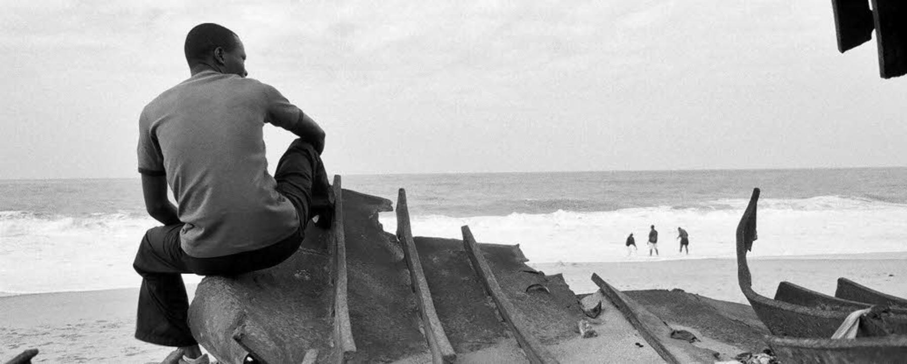 Jonathan Akpoborie auf den Resten der Etireno am Strand von Cotonou  | Foto: w-film