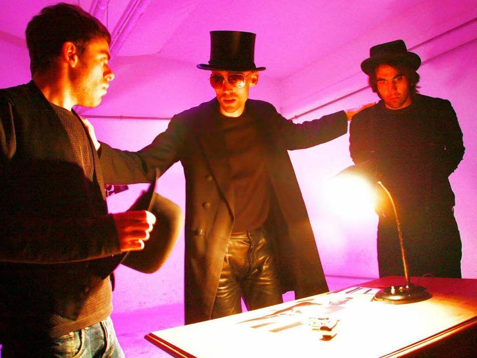 Drei Schauspieler, viele Rollen: Joche...ian Wetter, Camil Morariu (von links)   | Foto: promo