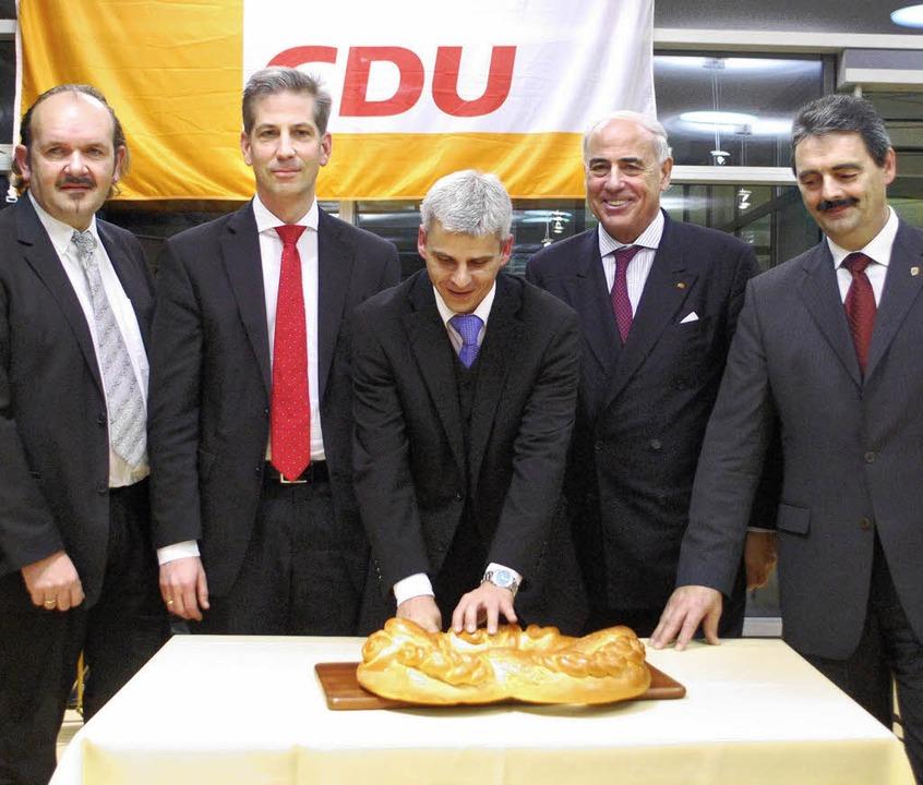 Beim Neujahrsempfang der CDU schnitten...dolf Fleischer und Bernhard Schätzle.     Foto: Benjamin Bohn