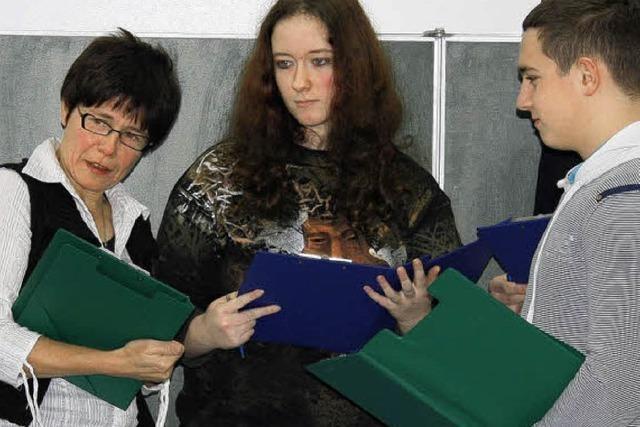 Schüler üben Bewerbung in der Gruppe