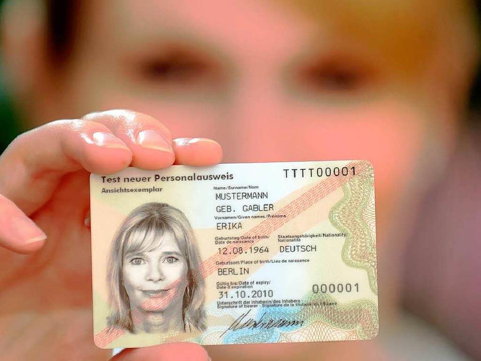 Erika Mustermann, geborene Gabler, hat..., den neuen Personalausweis. <ONBU>DPA  | Foto: dpa