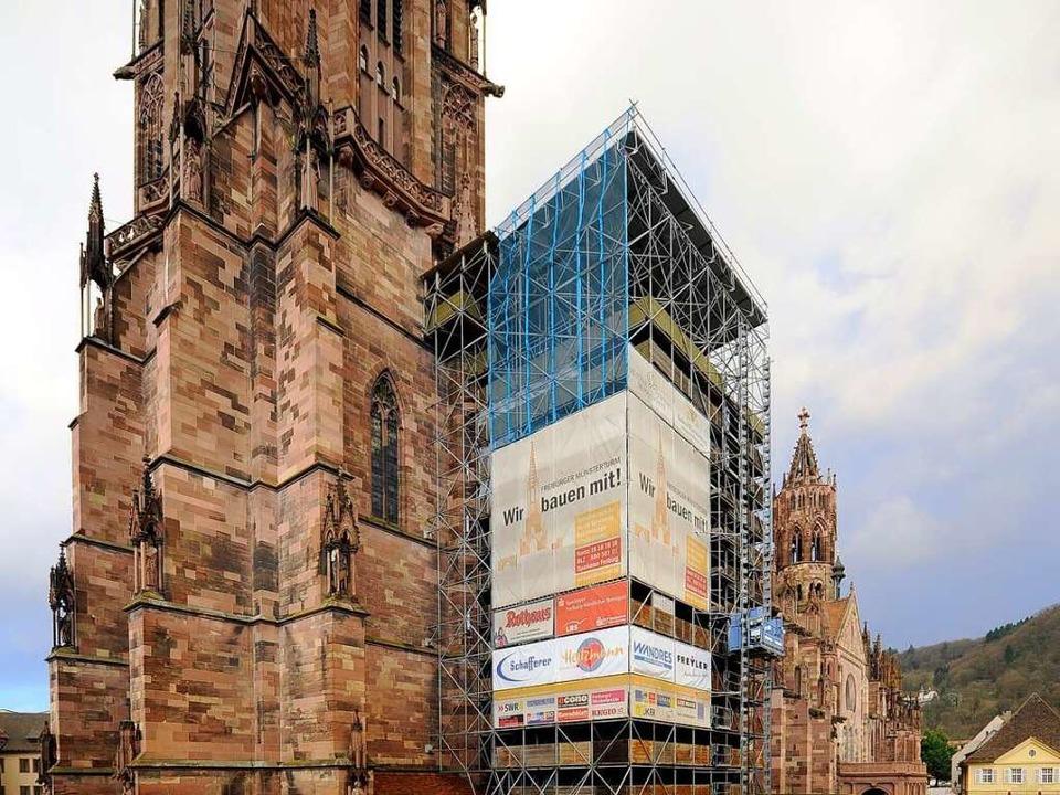 Papstbesuch beschleunigt Baustelle: Da...as Gerüst am Turmhelm bleibt dagegen.   | Foto: Ingo Schneider