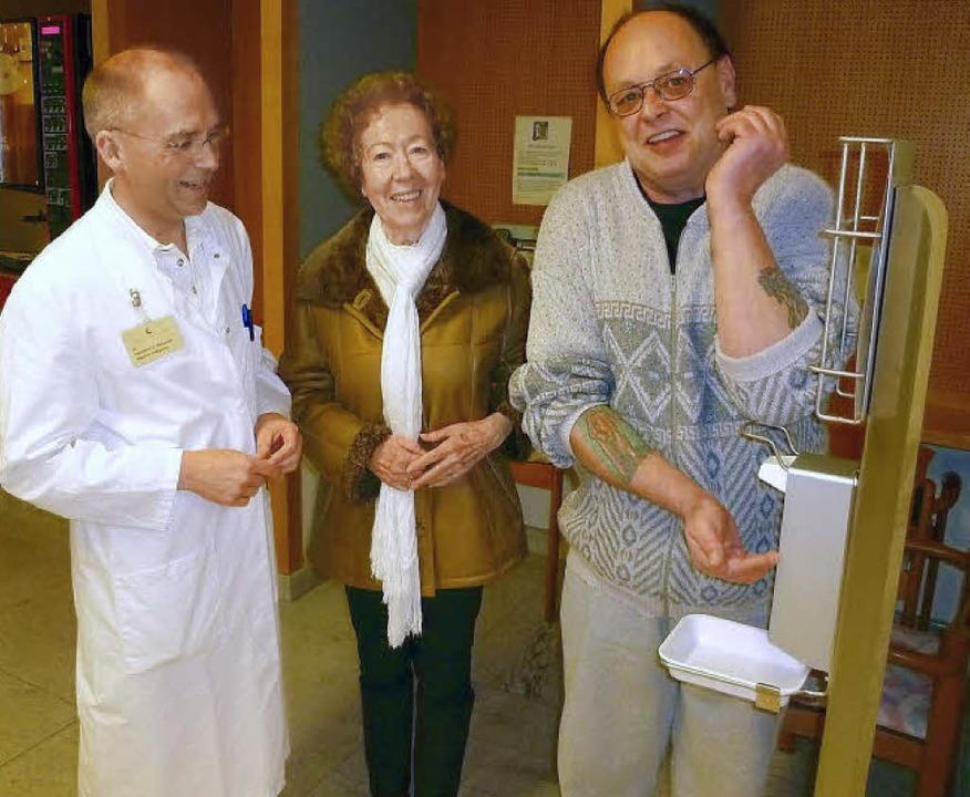 Unter den prüfendenen Blicken von Dr. ...r erste Patient  das  Hygiene-Center.   | Foto: Claudia Gempp