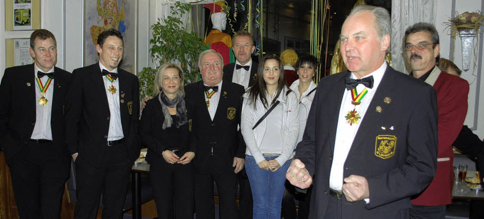 Oberzunftmeister Karl-Heinz Sterzel be...m Café Pape mit Zunftmeisterkollegen.   | Foto: Thomas Loils Mink