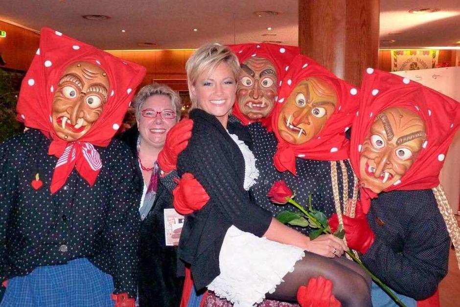 """Backstag bei """"Willkommen bei Carmen Nebel"""": Die Offenburger Hexen tragen Helene Fischer auf Händen. (Foto: Cornelia Weizenecker)"""