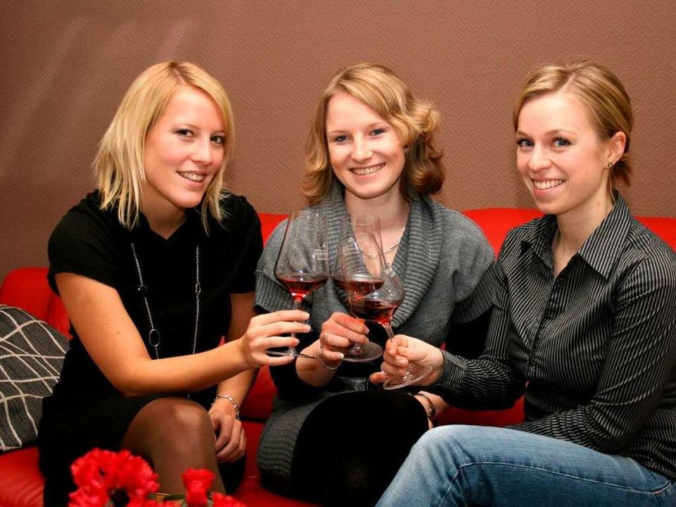 Ein Gläschen Roter auf das gemeinsame ...le,  Eva Müller und  Adrienne Streif.   | Foto: Theo Weber