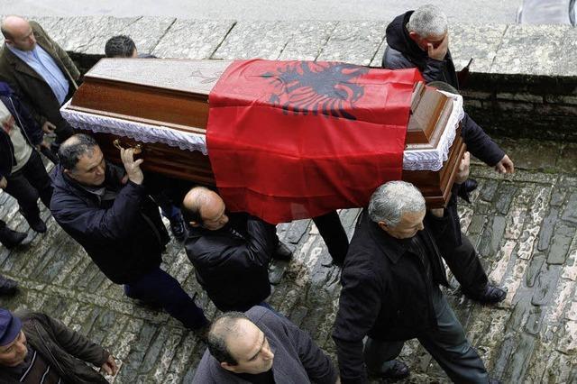 Albanien droht die Lähmung