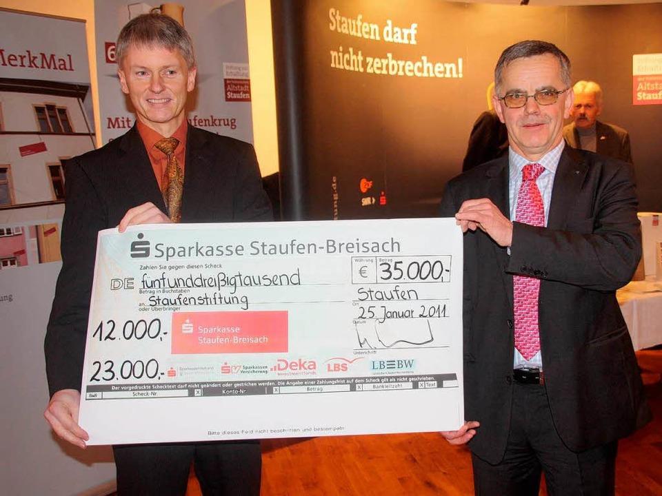 35000 Euro für den Kampf gegen die Ris...rgermeister Benitz den Spenden-Scheck.  | Foto: Huber