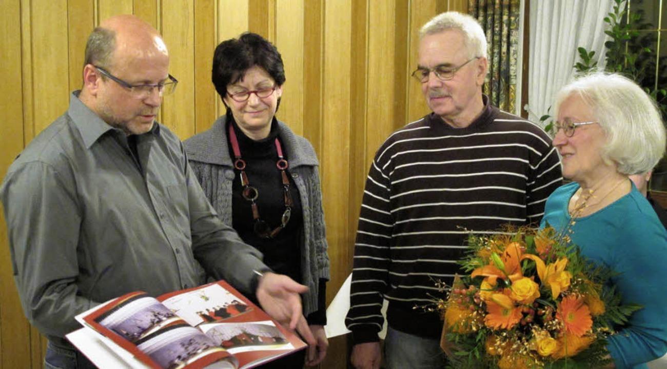 Irma und Hermann Moser (rechts) wurden...nden und ein Fotoalbum der Moser-Ära.   | Foto: Helmut Häringer