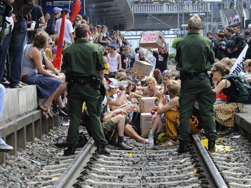 Diese Blockade von Gleis 1 im Freiburg...am 9. Juni beschäftigt nun die Justiz.  | Foto: Ingo Schneider