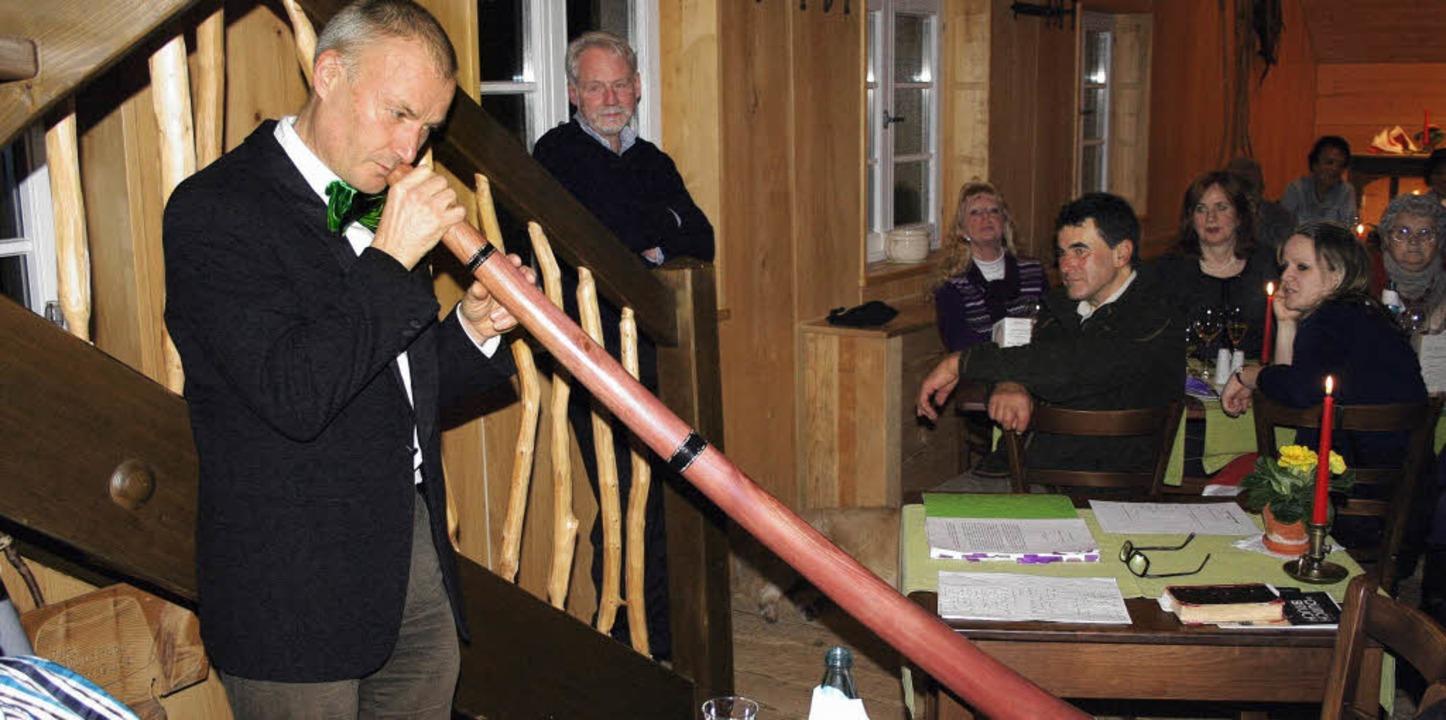 In der Waldhüter-Scheune spielt Peter ...) auf einem australischen Didgeridoo.   | Foto: Gerd Sutter