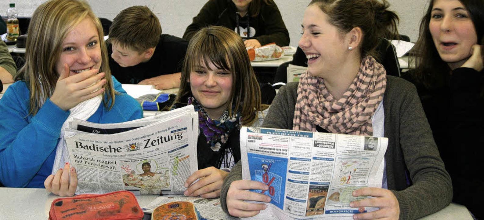 Achtklässler der Realschule am Giersbe...Kirchzarten bei der Zeitungslektüre.    | Foto: Timea Lax