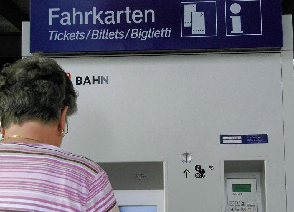 Die Bedienung der Fahrkartenautomaten ...s Pro Schiene Seminare anbieten will.   | Foto: Hermann Jacob