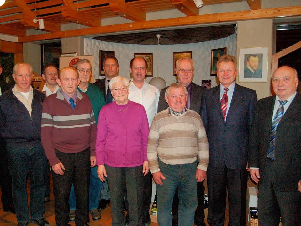 Mehrere langjährige Mitglieder der WG ...Treue zur Winzergenossenschaft geehrt.  | Foto: Thomas Rhenisch