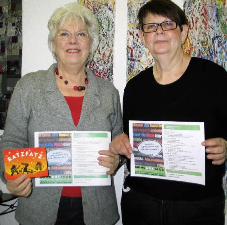 Barbara Wartenberg (rechts) und Cornel...it dem neuen Programm der Mundarttage   | Foto: Jutta Schütz